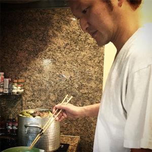 スープを作る中村獅童さん